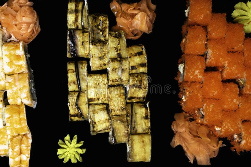 I sushi misti del rotolo hanno messo l'alimento delizioso e giapponese fotografia stock