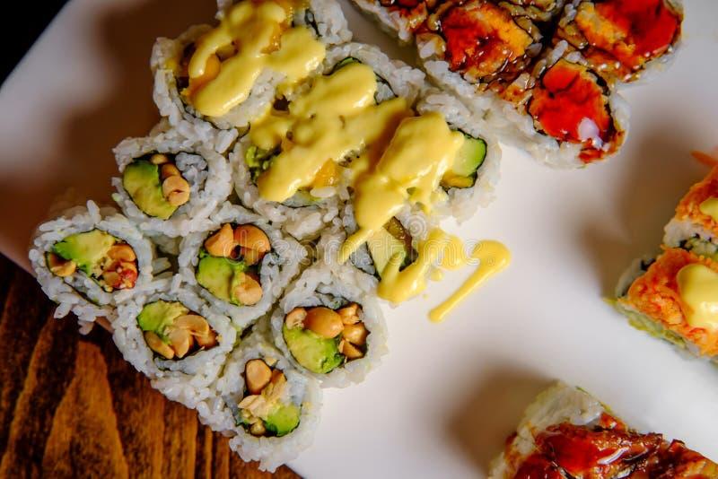 I sushi operati rotolano il vassoio fotografia stock