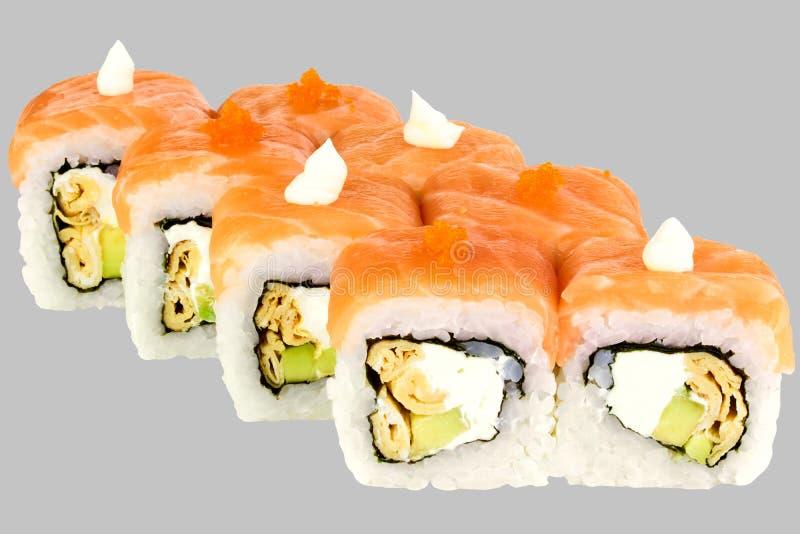 i sushi rotolano la maionese ed il salmone rossi di tobiko del caviale dell'omelette dell'avocado del drago del formaggio immagine stock