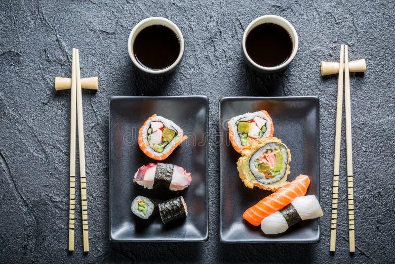 I sushi sono servito con la salsa di soia per due genti fotografie stock libere da diritti