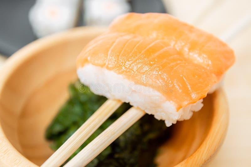 I sushi, un alimento giapponese tipico hanno preparato con una base di riso e di vario pesce crudo fotografia stock