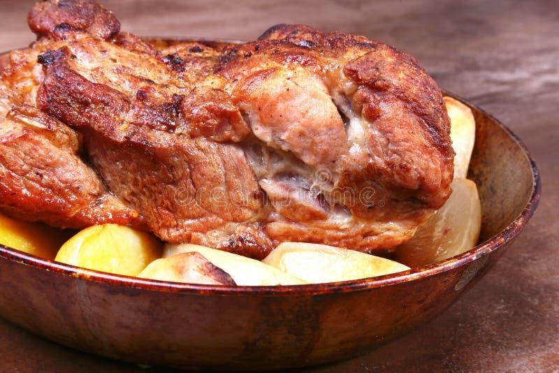 I tagli succosi del collo della carne di maiale sono grigliati con le patate su un fondo di pietra fotografia stock libera da diritti