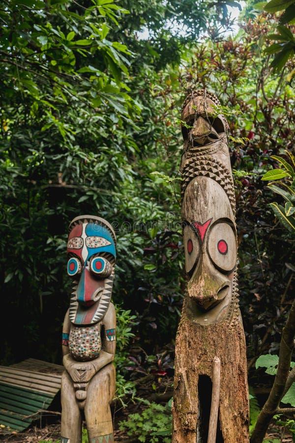 I tams del tam o i gong di legno di spaccatura hanno scolpito dal rappresentante dei tronchi di albero degli uomini locali Villag fotografie stock libere da diritti