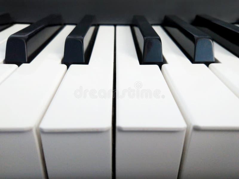 I tasti del piano si chiudono in su fotografia stock