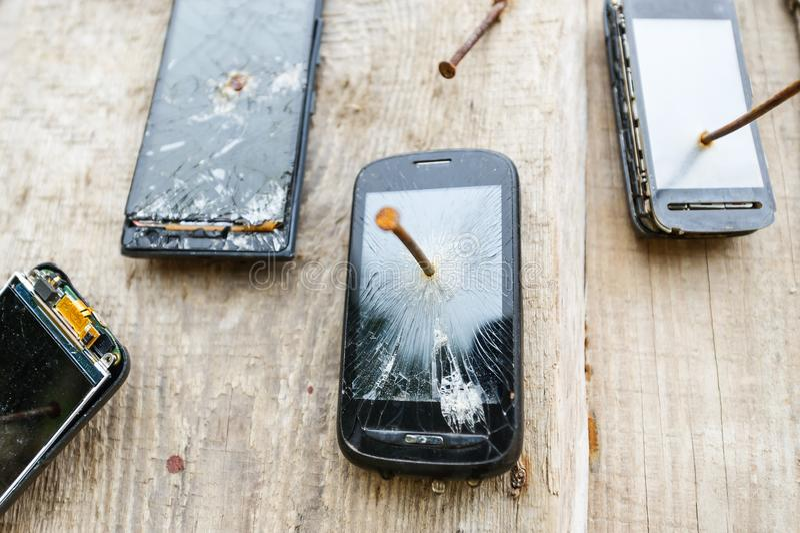 I telefoni cellulari obsoleti è inchiodato ad un recinto di legno fotografia stock