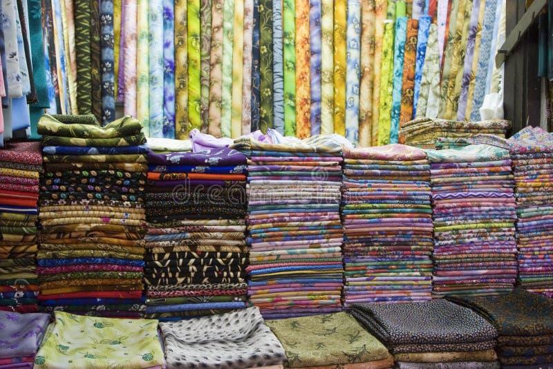 I tessuti variopinti del Dubai UAE sono visualizzati per la vendita al souq di Al Naif in Deira. fotografia stock