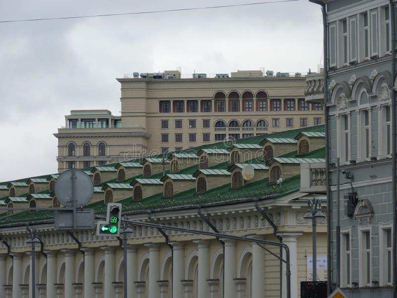 I tetti delle costruzioni storiche nel centro di Mosca immagini stock