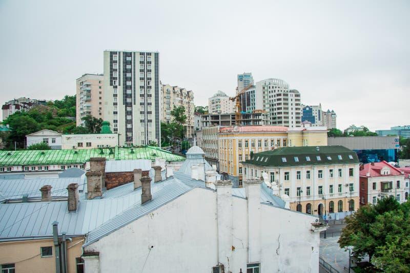 I tetti di Vladivostok, vista da sopra, paesaggio urbano immagine stock