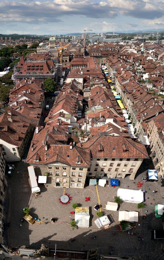 I tetti ed il fiume Aare che passa il centro di Berna, capitale della Svizzera fotografie stock libere da diritti