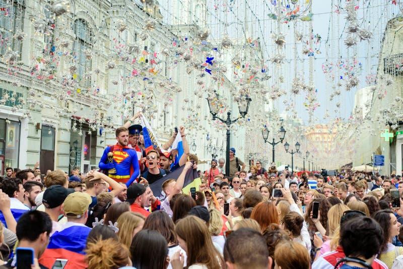I tifosi russi sulla via principale smazza Nikolskaya fotografie stock libere da diritti