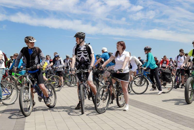 I tipi e le ragazze guidano le bici durante il festival di riciclaggio in Dnipro Giorno Dniepropetovsk della bici fotografia stock