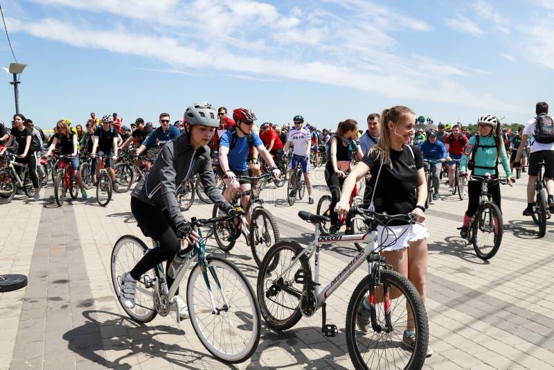 I tipi e le ragazze guidano le bici durante il festival di riciclaggio nella città di Dnipro fotografia stock