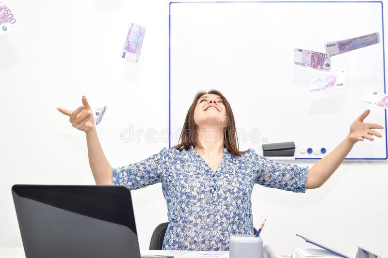 I tiri castani felici della ragazza nell'aria fattura 500 euro Concetto di successo di una giovane donna fotografia stock libera da diritti