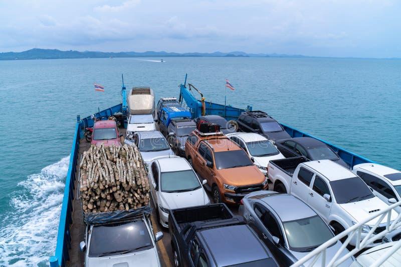 I traghetti portano le automobili all'isola di Koh Chang alla provincia Trad orientale della Tailandia fotografia stock libera da diritti