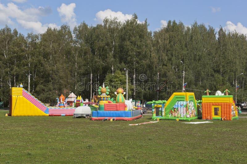 I trampolini gonfiabili sono divertimento per i bambini nella città di Veliky Ustyug fotografie stock