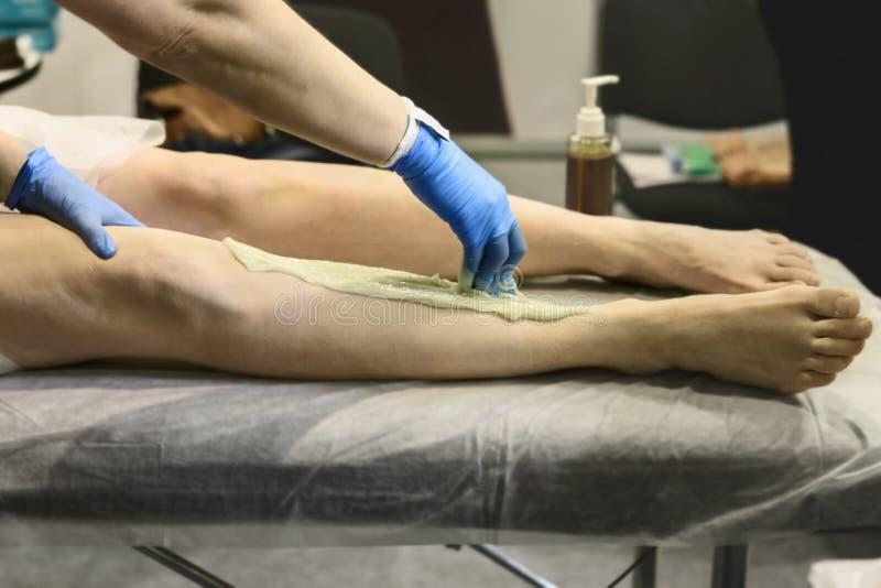 I trattamenti cosmetici per depilazione sulle gambe si chiudono su fotografia stock libera da diritti