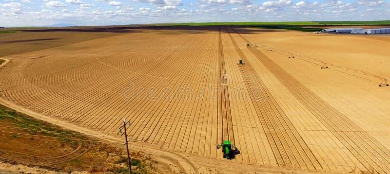 I trattori sono parallela l'aratura per l'agricoltura di piantatura nuova dell'azienda agricola fotografie stock libere da diritti