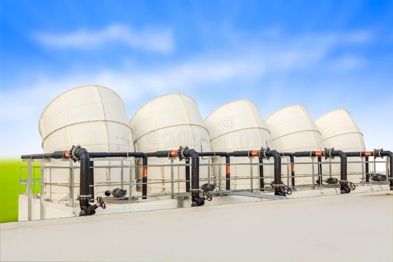 I tubi di ventilazione di fabbricato industriale coprono la nuvola superiore e blu immagine stock libera da diritti