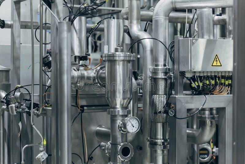 I tubi industriali dell'acciaio inossidabile si sono collegati con i tini e le valvole di regolazione immagine stock libera da diritti