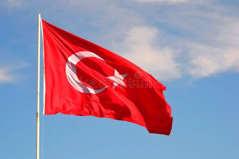 I turco diminuiscono sull'asta della bandiera fotografia stock libera da diritti