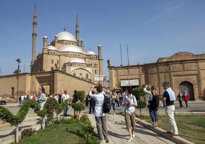I turisti ammirano la cittadella magnifica di Salah Al-Din a Il Cairo, Egitto fotografia stock
