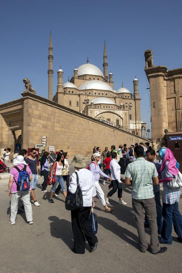 I turisti ammirano la cittadella magnifica di Salah Al-Din a Il Cairo, Egitto fotografia stock libera da diritti