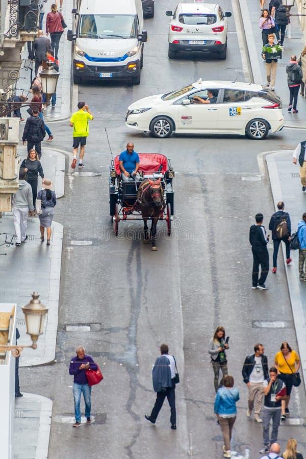 I turisti ammucchiano e camminano giù via il dei Condotti, Roma immagini stock
