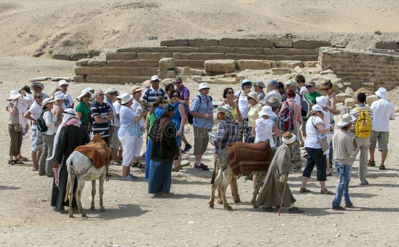 I turisti aspettano per entrare nel sito antico di Saqqara nell'Egitto fotografia stock libera da diritti