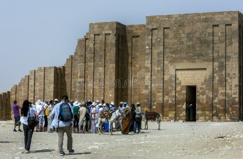 I turisti aspettano per fornire il complesso funerario di Netjerykhet al sito antico di Saqqara nell'Egitto fotografia stock