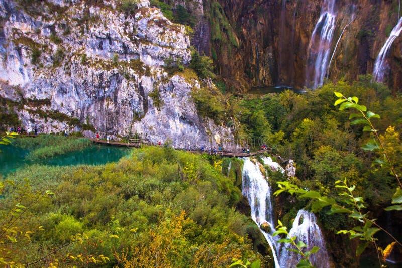 I turisti camminano lungo i percorsi nei laghi parco nazionale, Croazia Plitvice immagine stock