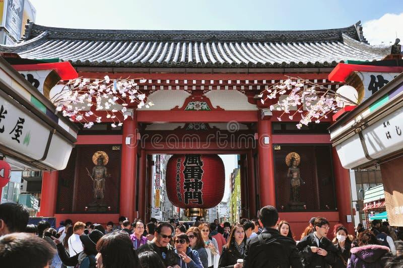 I turisti camminano a Nakamise Dori nel santuario di Sensoji fotografia stock libera da diritti