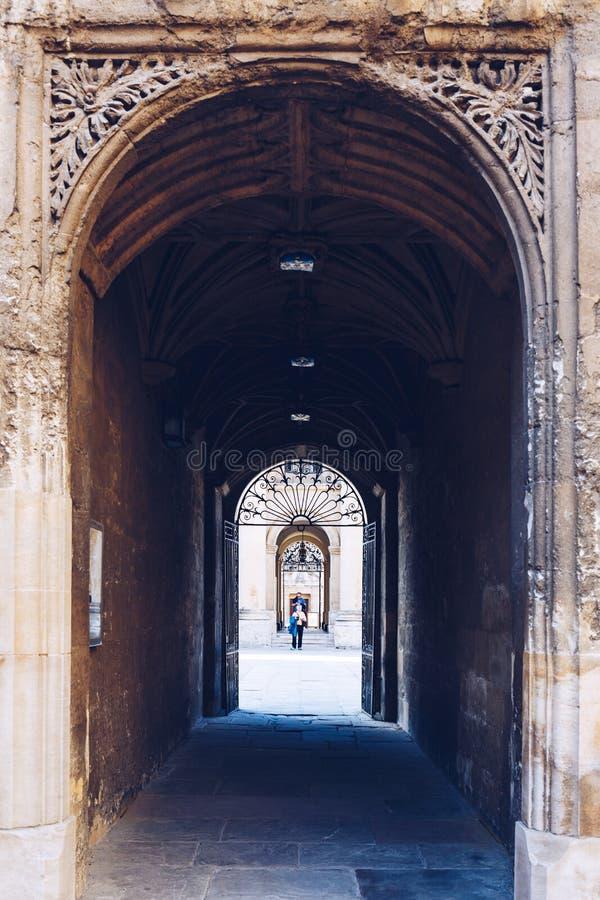 I turisti camminano nel cortile della biblioteca di Bodleian, Oxford immagini stock