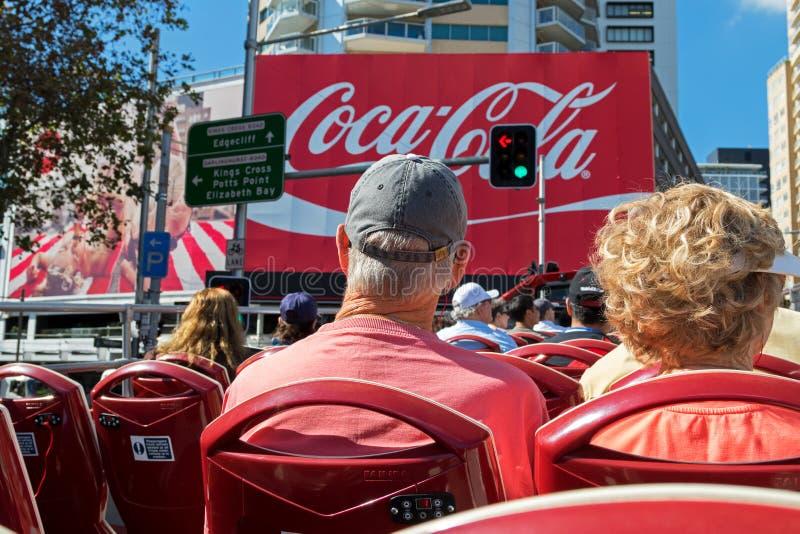 I turisti che si siedono sulla piattaforma del luppolo su partono sightseein della città fotografie stock