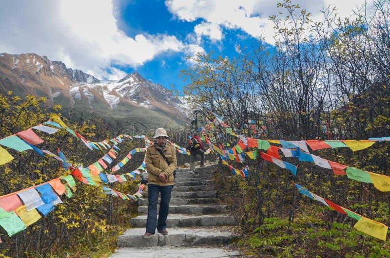 I turisti cinesi stanno passeggiando intorno a paesaggio del ghiacciaio al ghiacciaio nazionale Forest Park di Hailuogou immagini stock libere da diritti