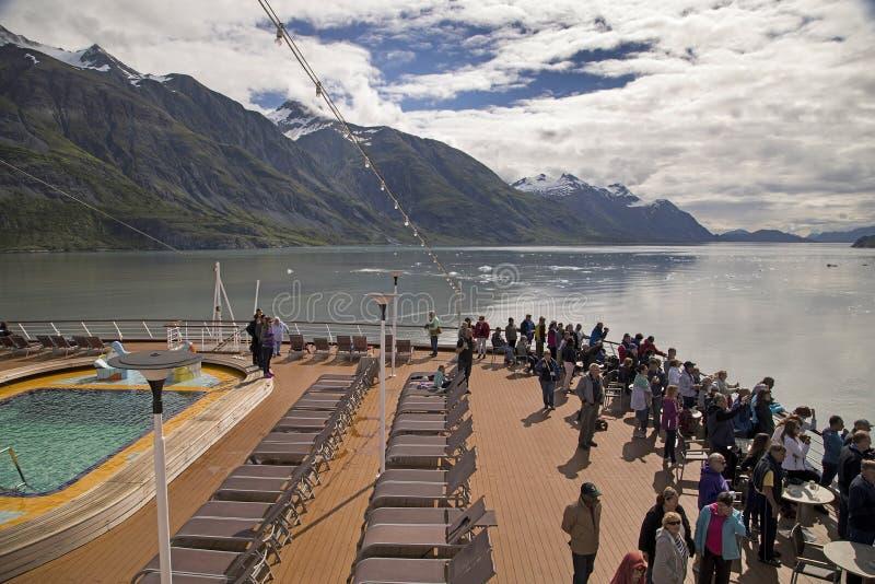 I turisti contengono il paesaggio della baia di ghiacciaio dalla fodera di crociera fotografie stock