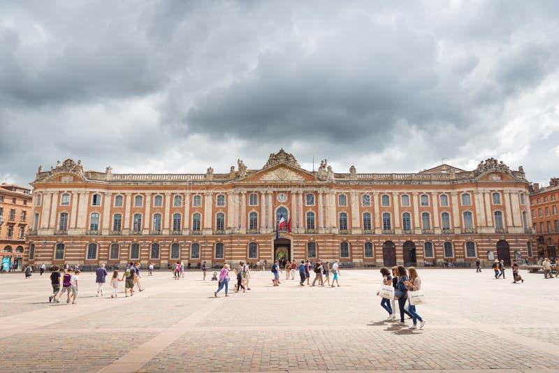 I turisti ed i locali effettuano una visita a Capitole de Toulouse immagini stock