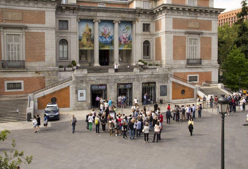 I turisti fanno la coda al museo di Prado a Madrid, Spagna immagine stock