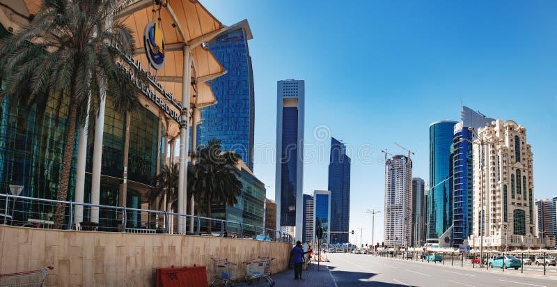 I turisti fanno la foto al distretto finanziario di Doha immagini stock libere da diritti