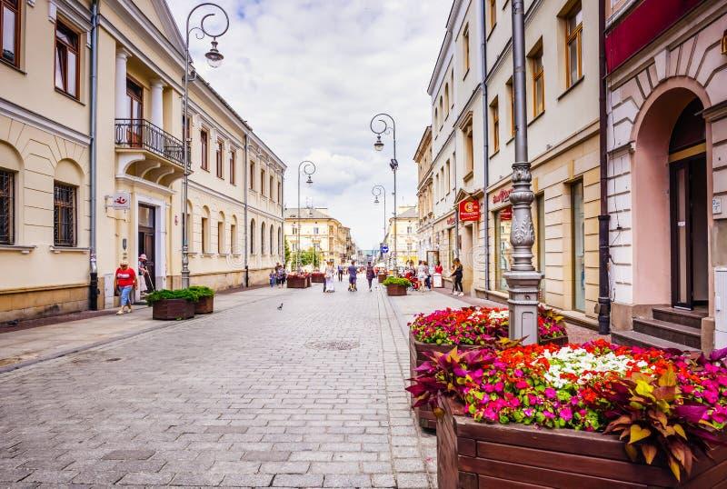 I turisti fanno una passeggiata sulla principale passeggiata di Kielce, Polonia fotografie stock