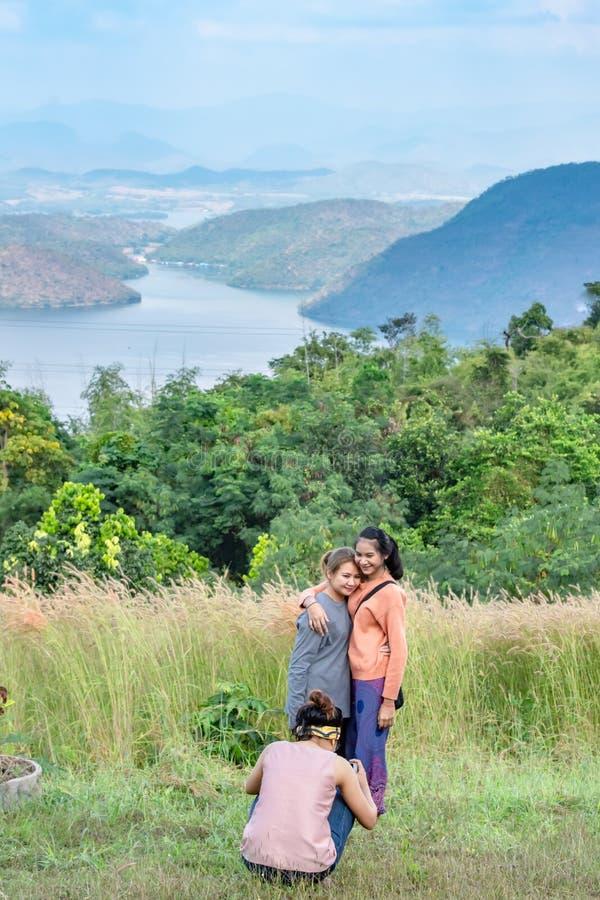 I turisti fotografano la bellezza dentro la diga e la casa galleggiante fotografie stock