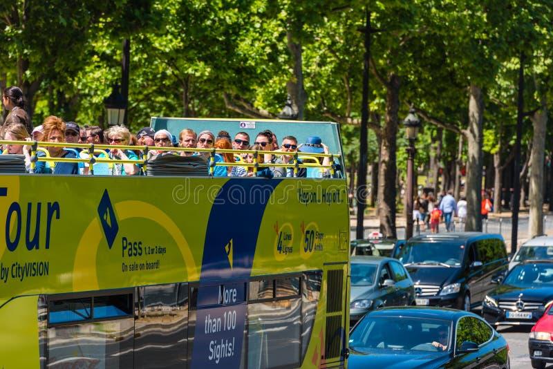 I turisti godono del giro turistico su un bus immagine stock libera da diritti