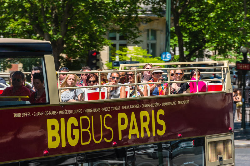I turisti godono del giro turistico su un bus fotografie stock