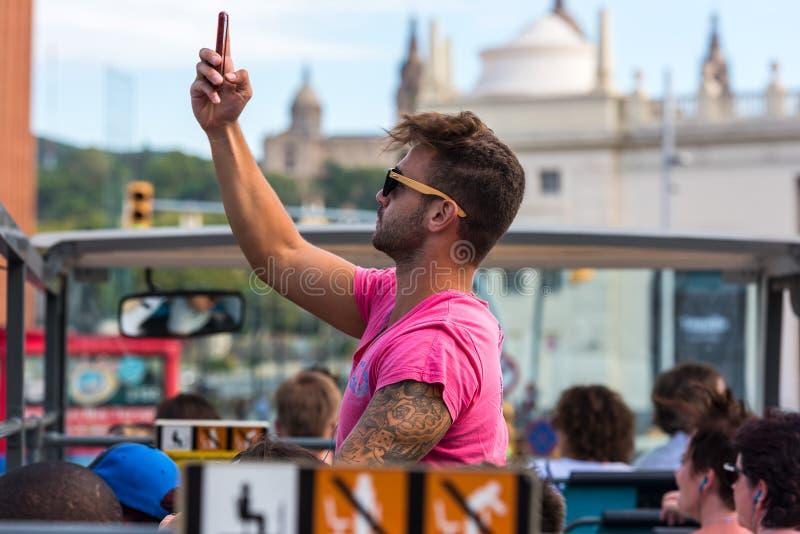 I turisti godono del giro turistico su un bus della città del luppolo-su-luppolo-fuori dentro immagine stock libera da diritti