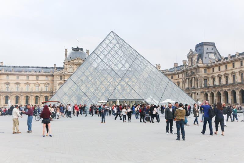I turisti godono di al museo del Louvre, Parigi immagine stock libera da diritti