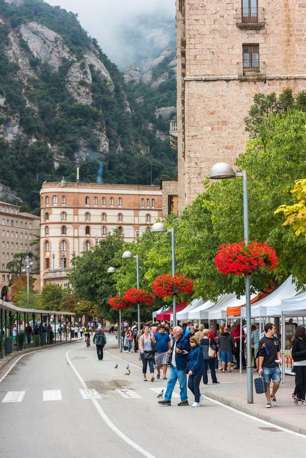 I turisti godono di di visitare il monastero di Montserrat immagine stock