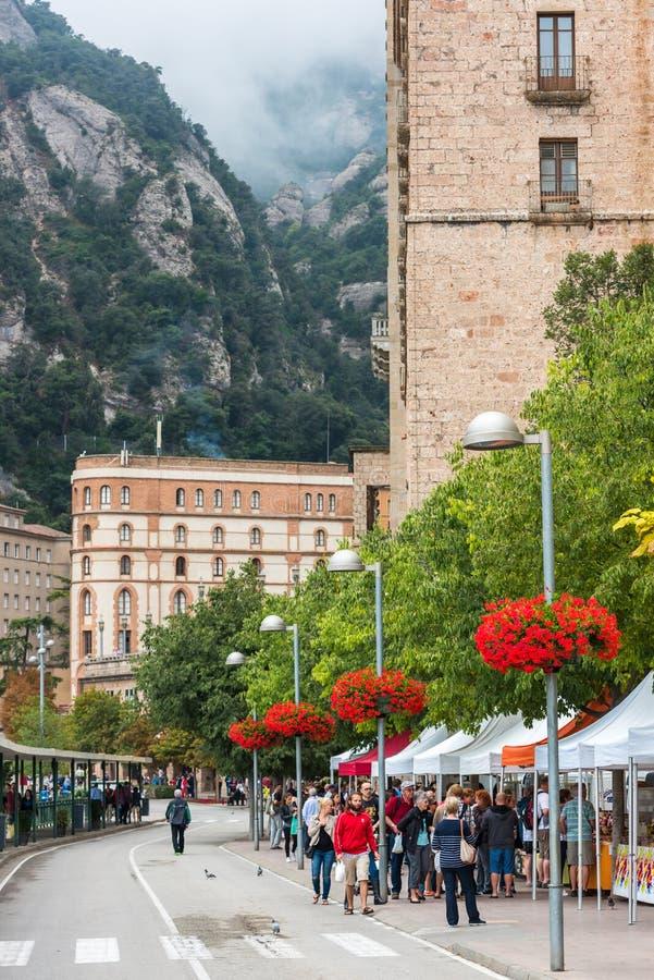 I turisti godono di di visitare il monastero di Montserrat fotografia stock