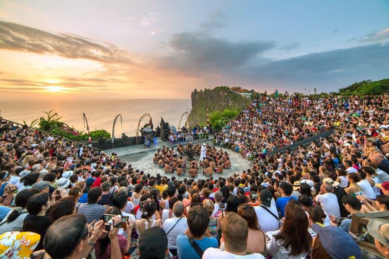 I turisti guardano il ballo tradizionale di Kecak di balinese al tempio di Uluwatu immagini stock libere da diritti