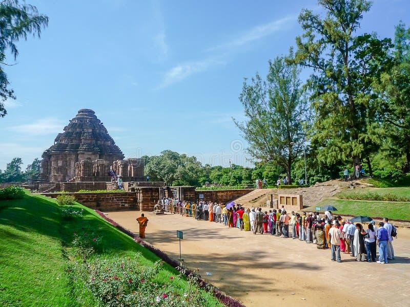 I turisti hanno aspettato al visitato al tempio del sole in India immagini stock libere da diritti