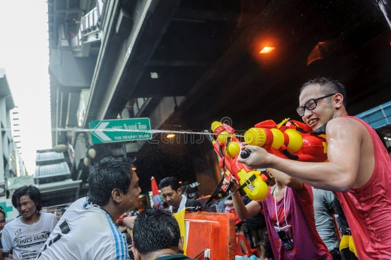 I turisti hanno goduto di con il festival della spruzzata o il festival di Songkran fotografia stock