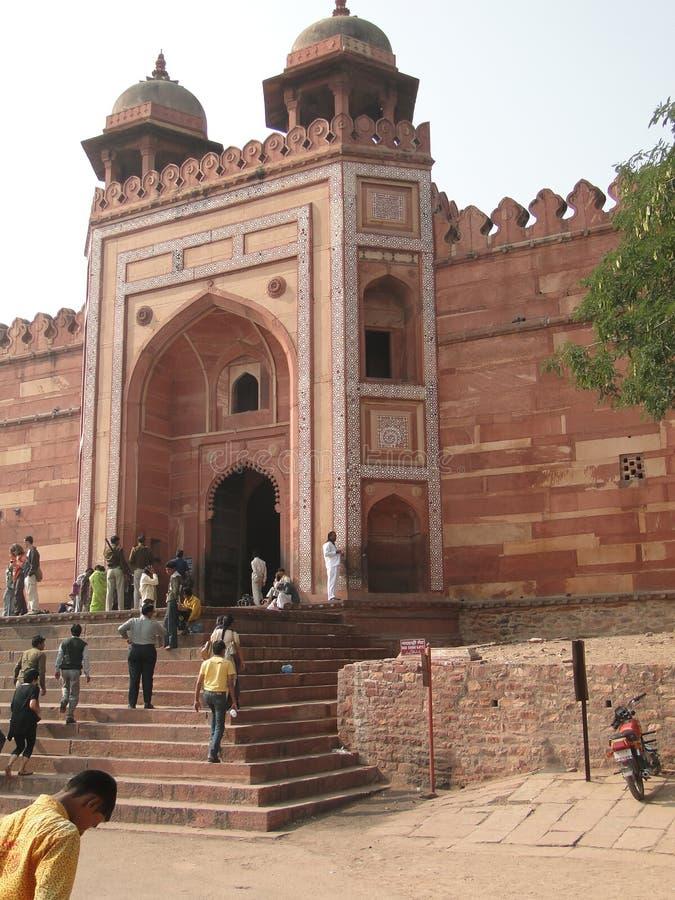 I turisti indiani esplorano il cortile ed i palazzi fotografia stock